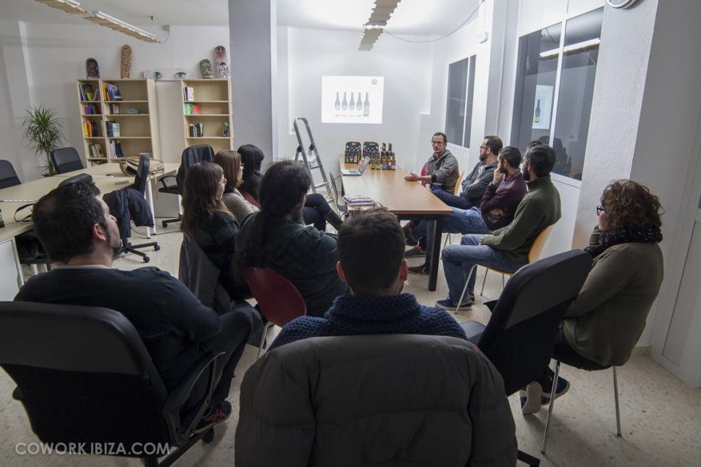 Pau Kokura explicando el diseño de Cervezas Ibosim en Cowork Ibiza