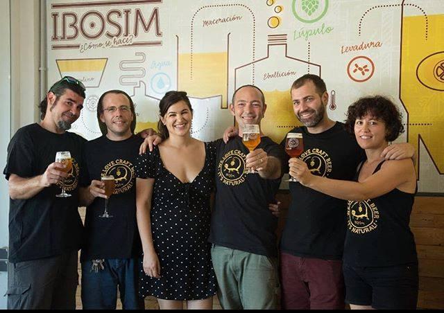 El equipo de Cervezas Ibosim en Ibosim Brewhouse con cervezas saludando