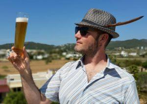 Victor enseña una copa llena con Ibosim Isla Blanca Weissbier