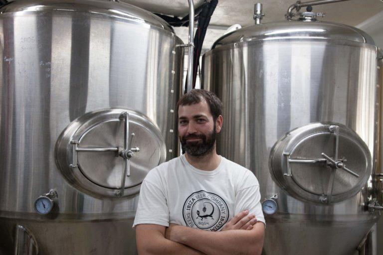 Carlos brewer maestro cervecero cervezas Ibosim, ibiza beer company ibosim craft beers, port des torrent, best craft beer, fermentador, cerveza hecha en ibiza, made in ibiza, the beer of ibiza, visita obrador, cerveza de tirador. elaboración cerveza. ibiza draft beer