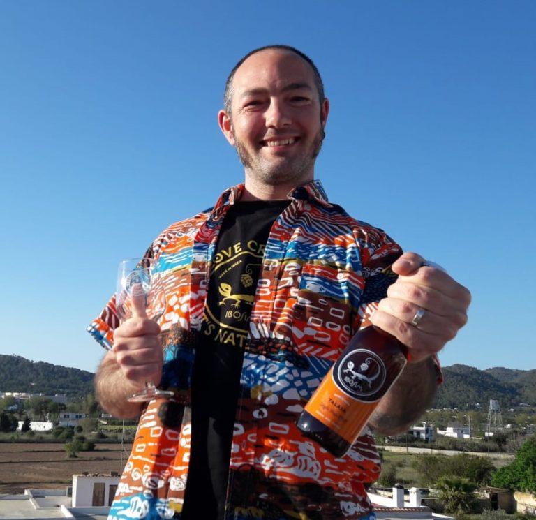 Victor enseña una botella de Talaia Session IPA y un vaso de Ibosim craft Beers